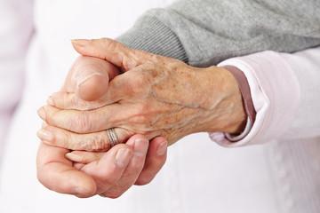 Zwei Senioren halten sich die Hände