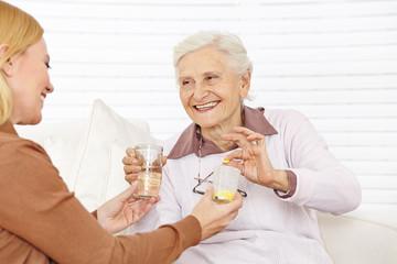 Senioren bekommen Medikamente im Seniorenheim