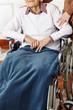 Seniorin im Rollstuhl bekommt Hilfe
