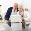 Paar Senioren am Computer im Internet