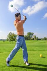 junger Golfspieler