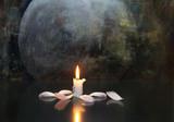 Kerze mit Blütenblättern, mystisch