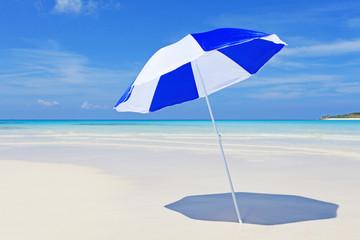 沖縄の美しい砂浜とパラソル