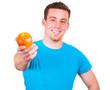 Mann ernährt sich gesund mit einem Apfel