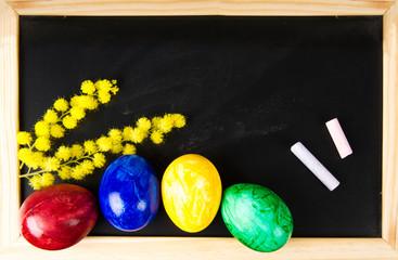 Uova con mimosa su lavagna