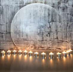 Kerzen vor abstraktem Gemälde