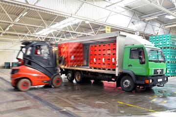 Beladung LKW mit Bierkisten in Lagerhalle // loading truck