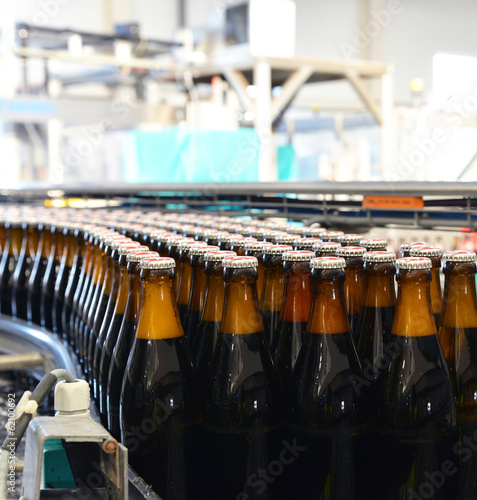 Fliessband in Brauerei // Assembly line with beer bottles