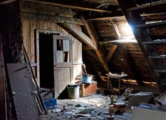 Staubiger Dachboden Spinnweben Speicher mit Gerümpel