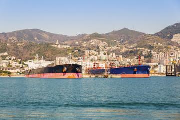 Due navi in rifornimento al porto