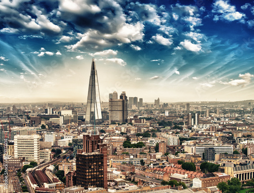 London. Panorami aerial view of city skyline at dusk
