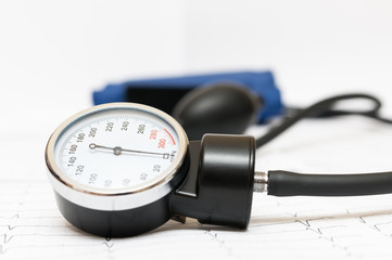 Sphygmomanometer on the cardiogram