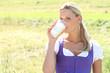 hübsche Frau trinkt Milch