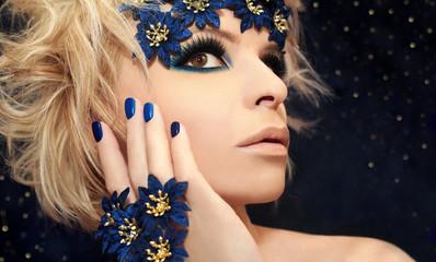 В роскошном синим цвете.