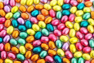 Ostereier aus Schokolade mit Feld für Einladung oder Plakat