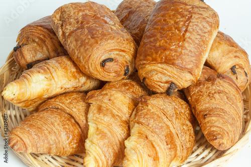 Papiers peints Biscuit Croissants et pains au chocolat dans une corbeille