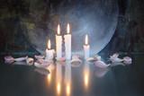 Kerzen und Blütenblätter, mystisch