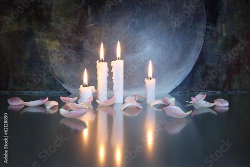 Kerzen und Blütenblätter, mystisch - 62128850