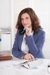 Erfolgreiche ältere Geschäftsfrau sitzend im Büro