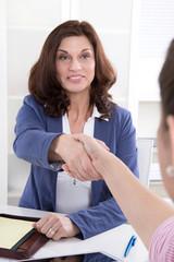 Handschlag zum Geschäftsabschluss: zwei Frauen im Gespräch