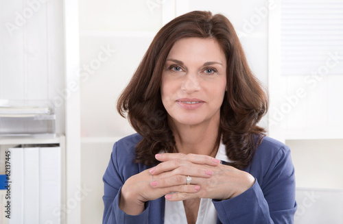 Gesicht einer älteren Frau sitzend im Büro
