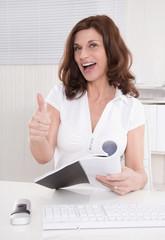 Erfolgreiche lachende ältere Business Frau im Büro