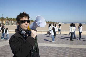 Coreógrafo con megáfono en mano