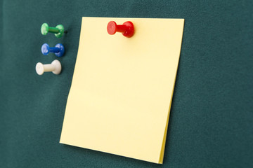 Post-it with red pushpin