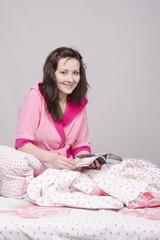 девушка с журналом в постели