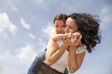 Madre besando el brazo de su hija