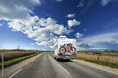 Leinwanddruck Bild Camping-Car sur la Route avec Ciel Bleu