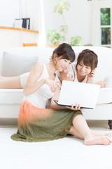 ノートパソコンを使う女性2人