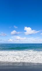 mer, ciel, plage de sable noir