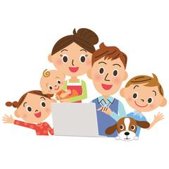 家族でパソコンを見る