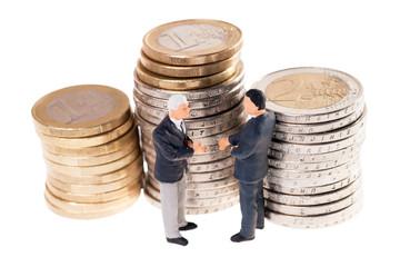 zwei Geschäftsleute und Münzgeld isoliert
