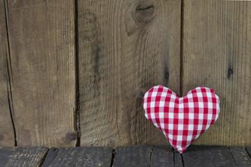 Rot weiß kariertes Herz als Grußkarte auf Holz Hintergrund