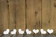 Leerer Holz Hintergrund mit Herzen in Weiß