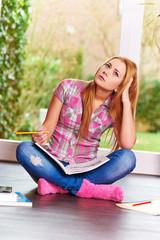 Junge hübsche Studentin lernt zuhause