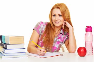 Hübsche Auszubildende lernt am Schreibtisch.