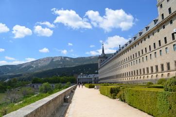Gartenweg mit Fassade El Escorial