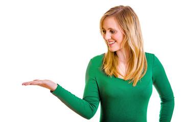 Frau präsentiert etwas auf ihrer Hand