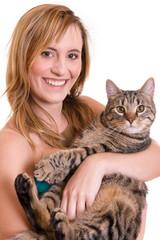 lachendes Mädchen mit Katze im arm