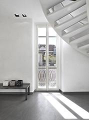 finestra vicino alla scala e alla panca di ferro nel soggiorno