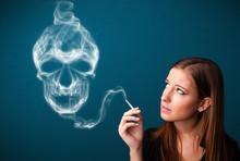 Młoda kobieta palenia papierosów z toksycznymi niebezpieczne dymu czaszki