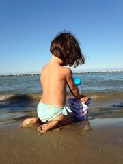 bambina sulla sabbia