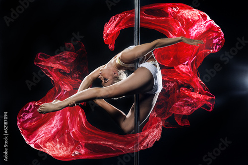Foto op Plexiglas Luchtsport pole dance woman with red silks