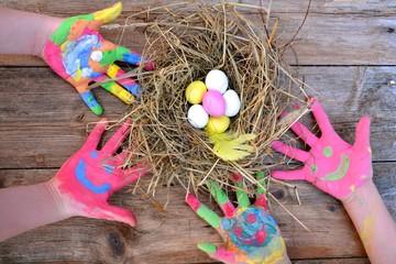 bunte Kinderhände und Ostereier