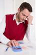 Verzweifelter Business Mann in der Buchhaltung: Kosten