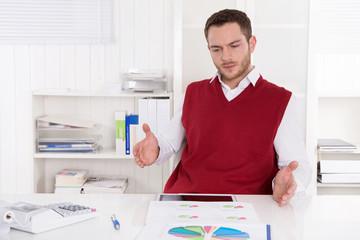 Geschäftsmann in Rot analysiert die steigenden Kosten