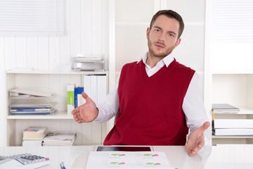 Gestresster Business Mann in Rot sitzend im Büro